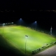 Vue aérienne d'un terrain de football éclairé sans pollution lumineuse par Swiss Precision Lighting
