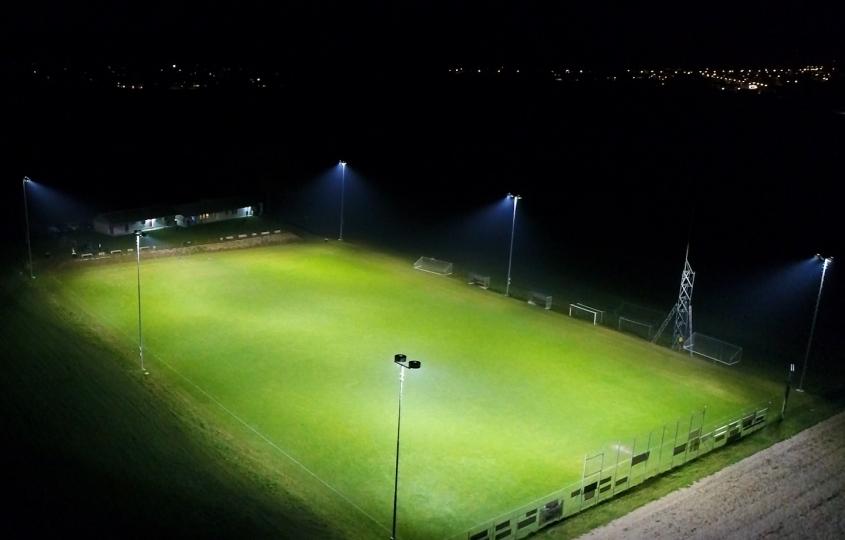 Vue aérienne d'un terrain de football éclairé sans pollution lumineuse par Swiss Precision Lighting